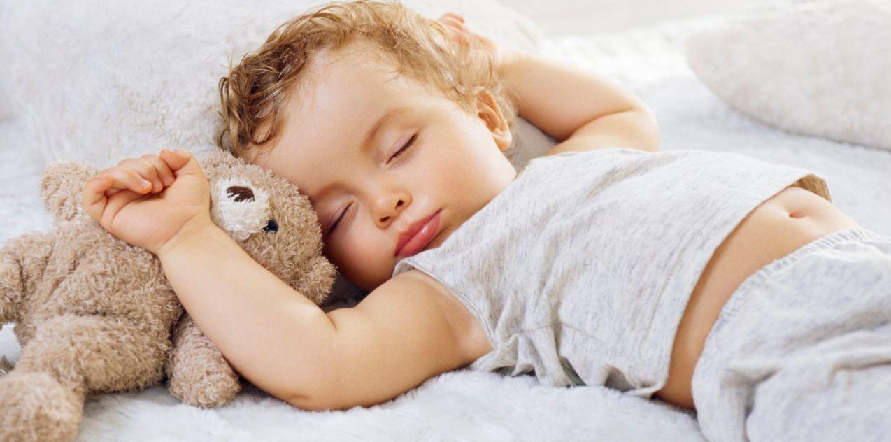Ребенок хорошо спит с мягкой игрушкой