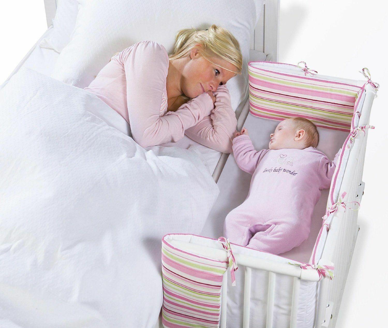 Кроватка грудничка рядом с мамой