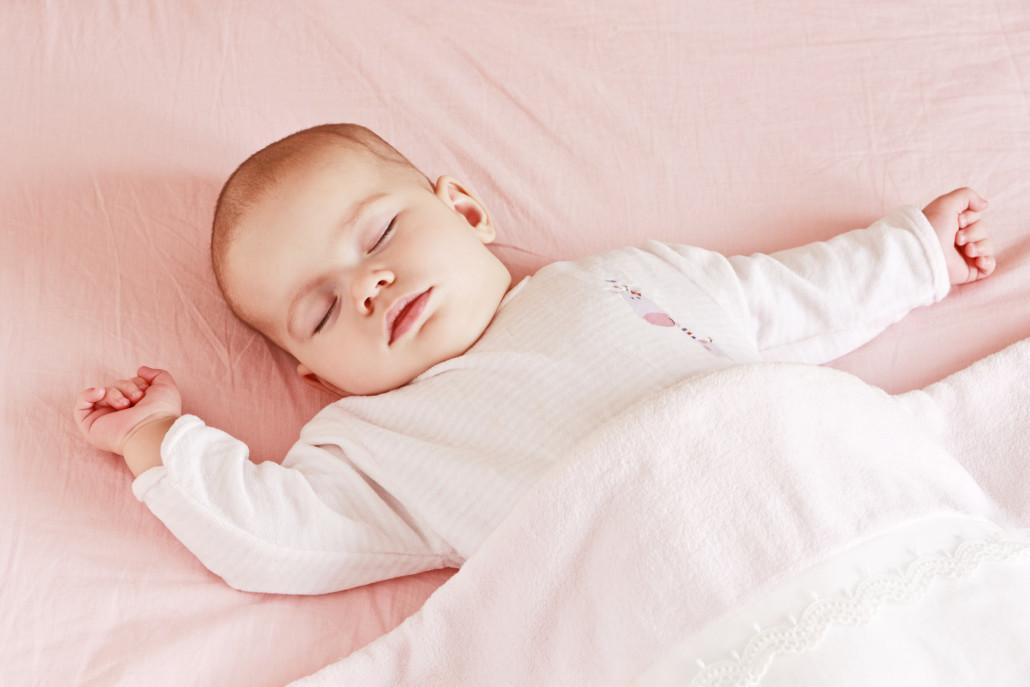 Младенец спит на спине