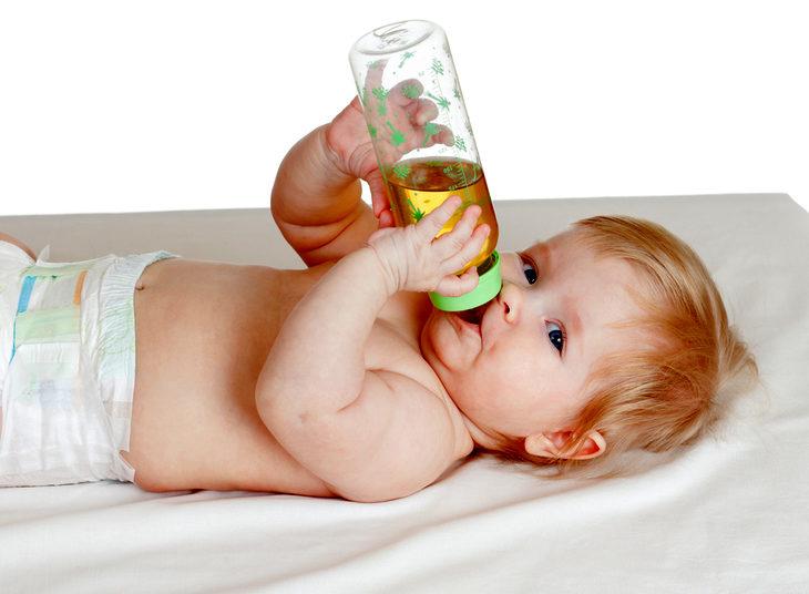 Малыш пьет чай из бутылки