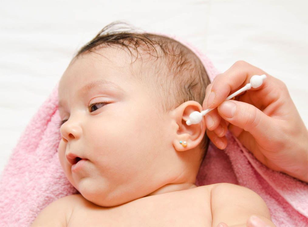 Правильная чистка ушей исключает глубокое проникновение в слуховые каналы