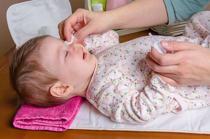 Промывание воспаленного глазика