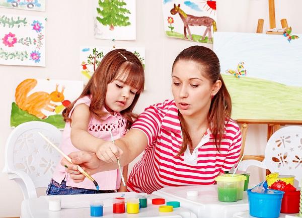 Девочка рисует с мамой
