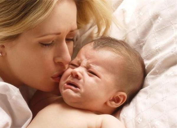 Малыш никак не может успокоиться во сне