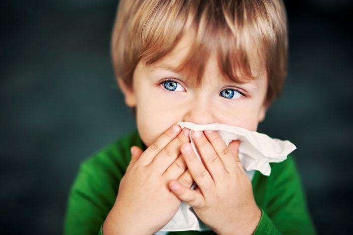 Малыш вытирает нос салфеткой