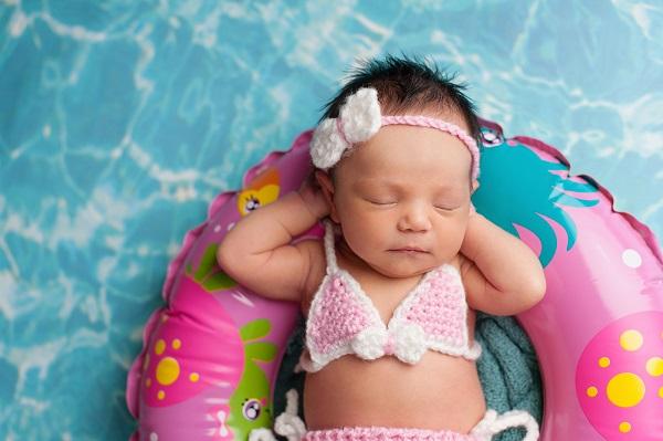 Малышка купается