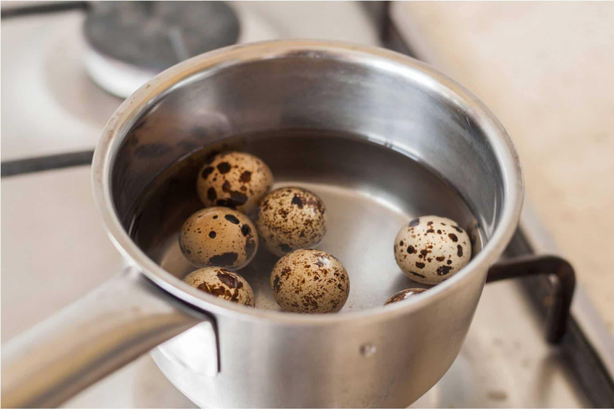 Перепелиные яйца перед приготовлением тщательно моют и варят в специальной посуде