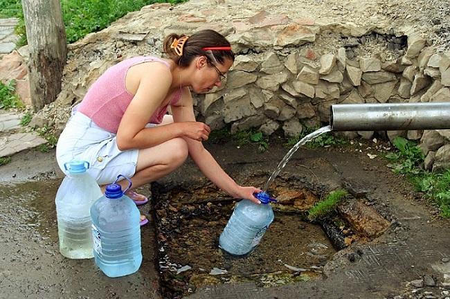 Родниковая вода опасна для питья маленьким детям