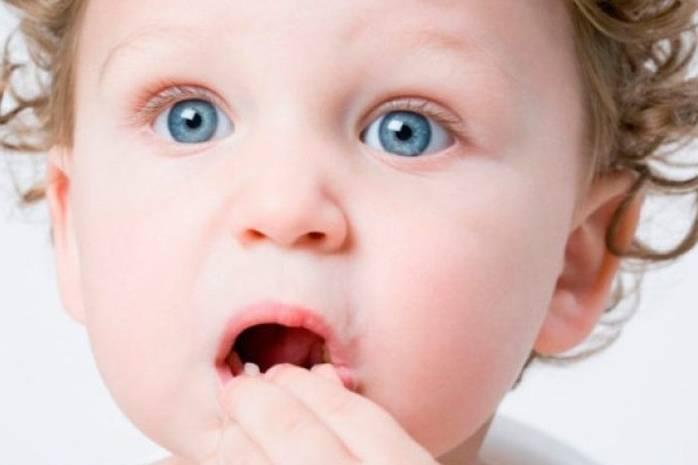 Ребенок держится за рот