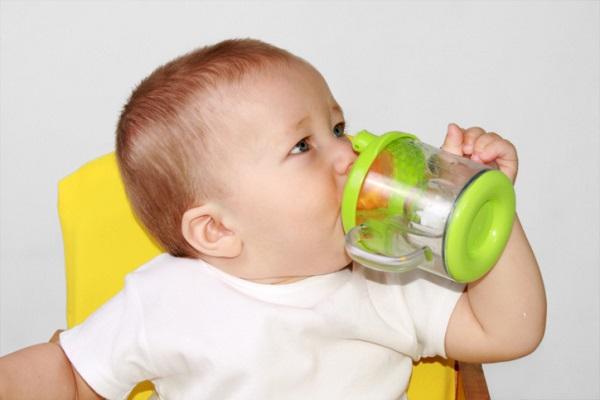 При искусственном вскармливании ребенку необходимо дополнительное питье