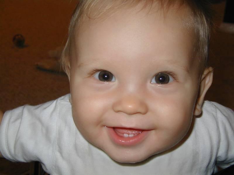 Ребенок с прорезавшимися зубками