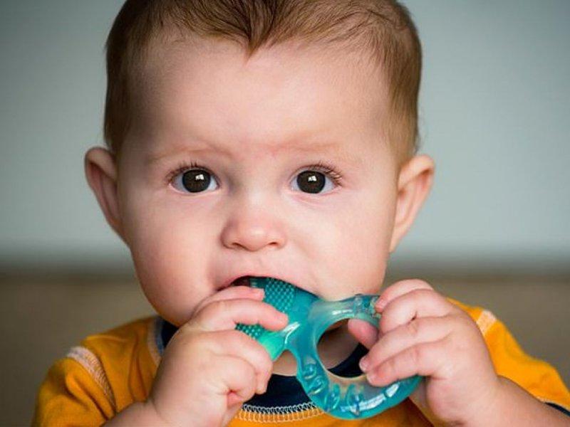 Малыш грызет грызунок-прорезыватель