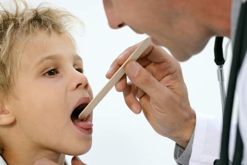 На приеме педиатр всегда смотрит язык ребенка