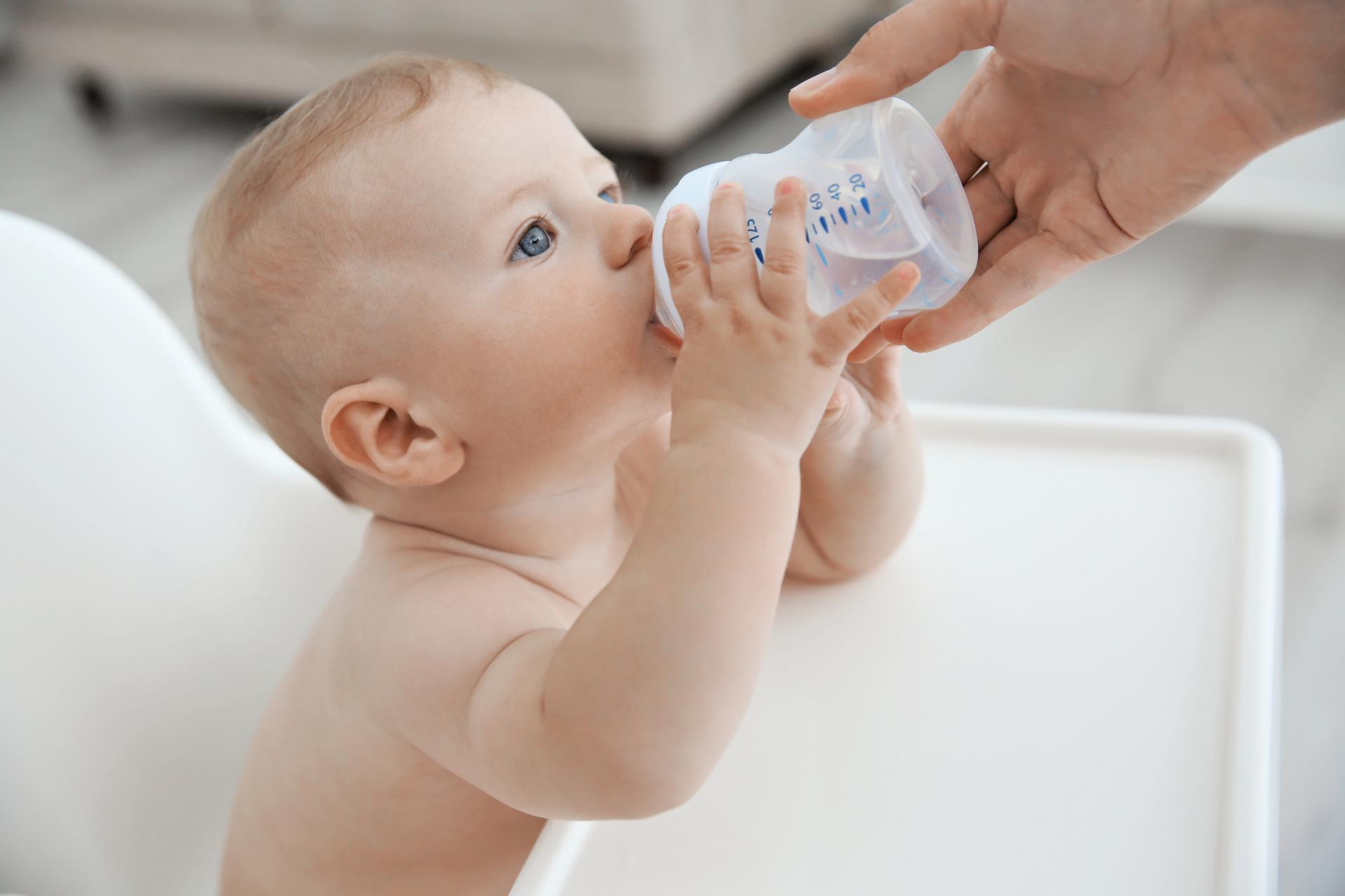 Младенец пьет