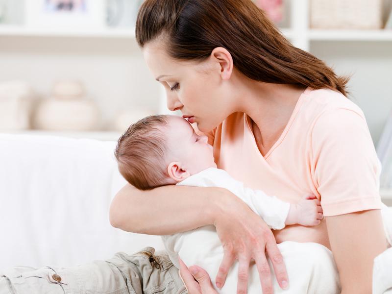 При приступе кашля надо взять малыша на руки