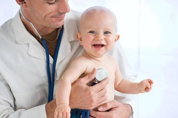 При появлении сыпи ребенка сначала показывают педиатру
