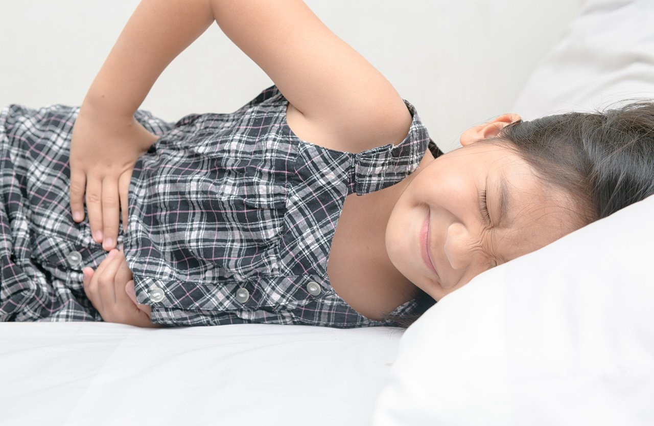 Спазмы в районе желудка часто беспокоят детей