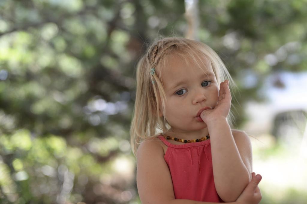 Если ребенок дошкольного возраста тянет руки в рот, это может свидетельствовать о развитии серьезной психологической проблемы