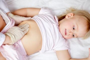 При возникновении резких болей необходимо срочно показать ребенка врачу