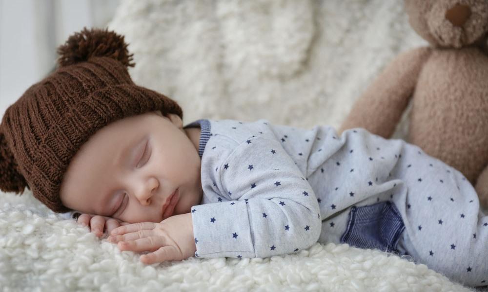 Младенец спит на животике