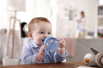 Малыш пьет воду
