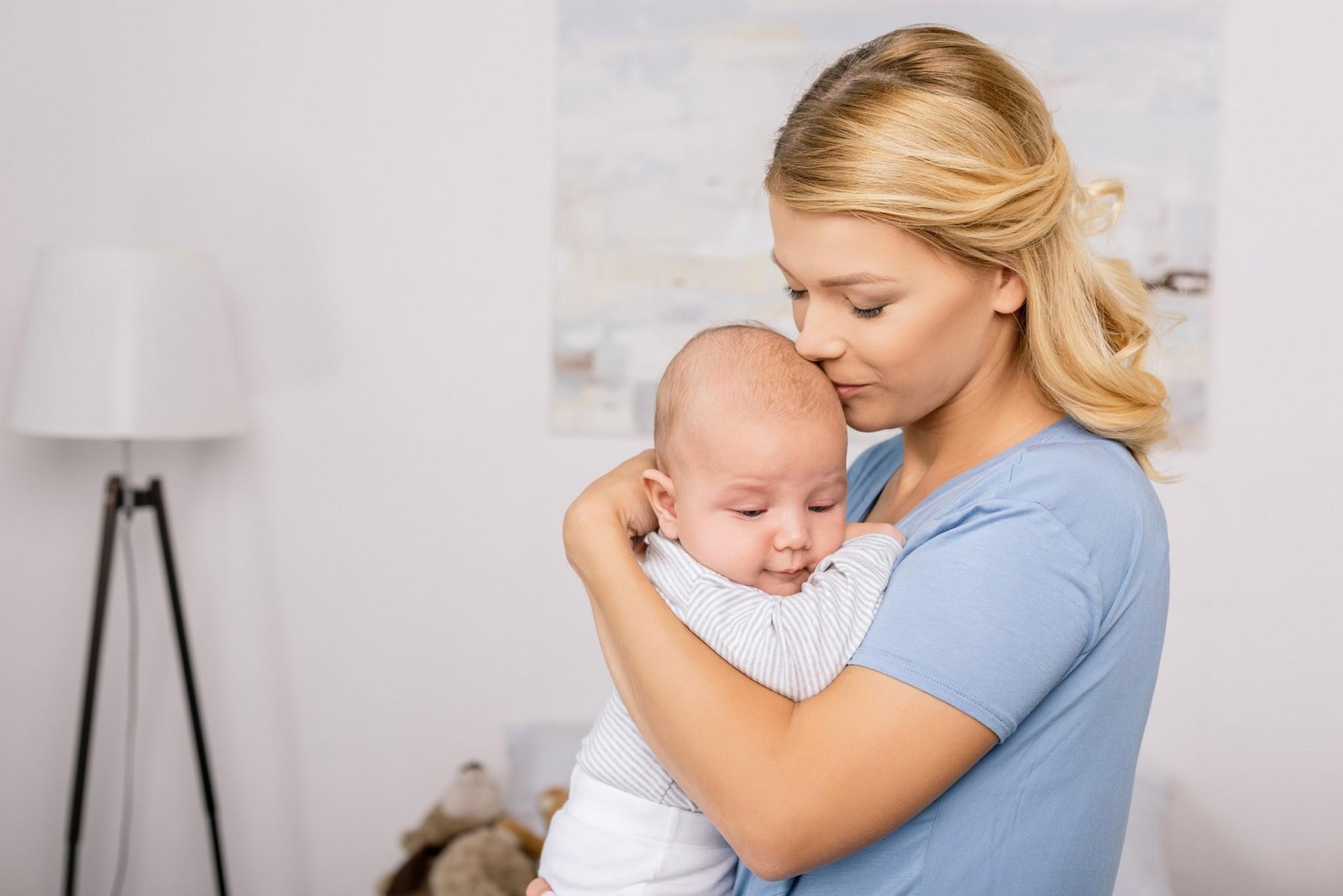 Удерживание новорожденного в вертикальном положении