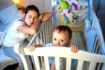 Перестроить малыша, если он попутал день с ночью сложно, но при правильном подходе и проявлении терпения возможно