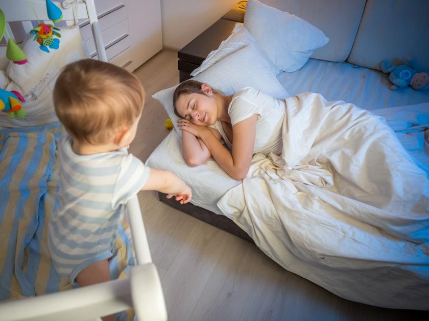 Если малыш перепутал день и ночь, то ему хочется играть и веселиться, когда все спят