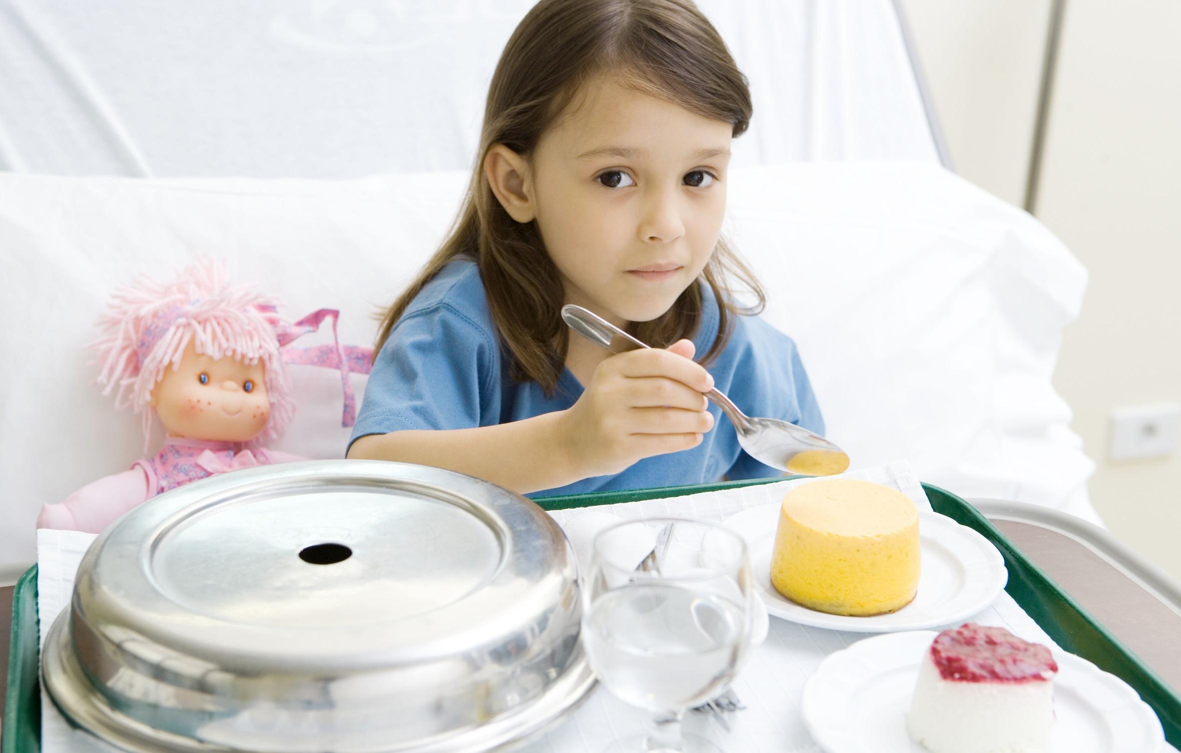 Чтобы исключить распространение инфекции, нужно ребенку выделить отдельную посуду и изолировать в комнате