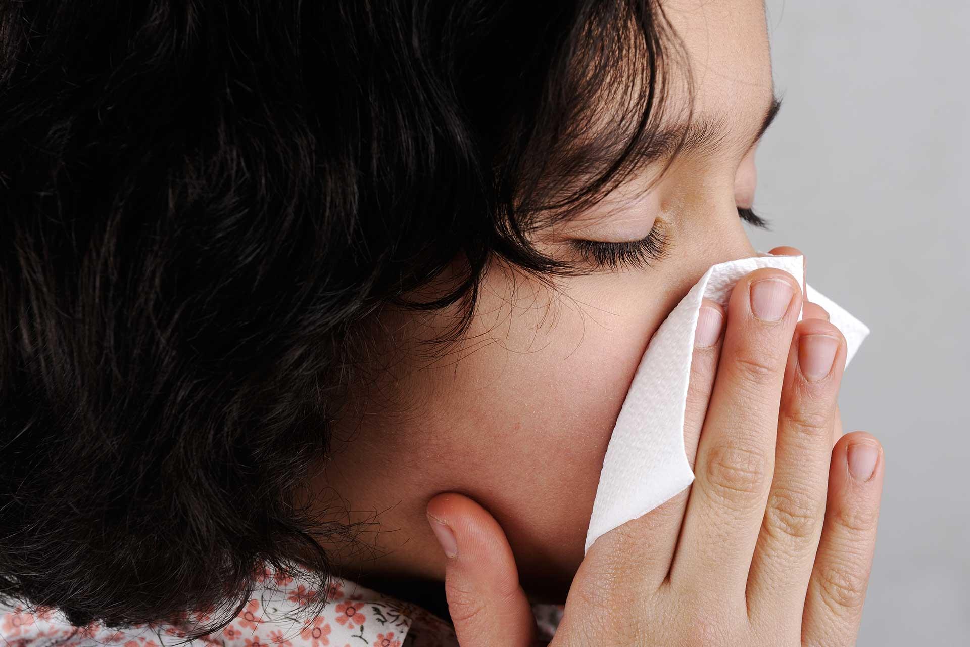 Первыми симптомами аллергии на кошек являются насморк и чихание