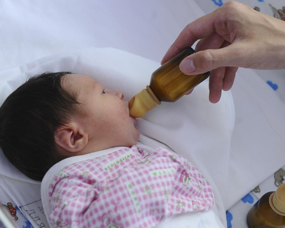 Малыш ест смесь