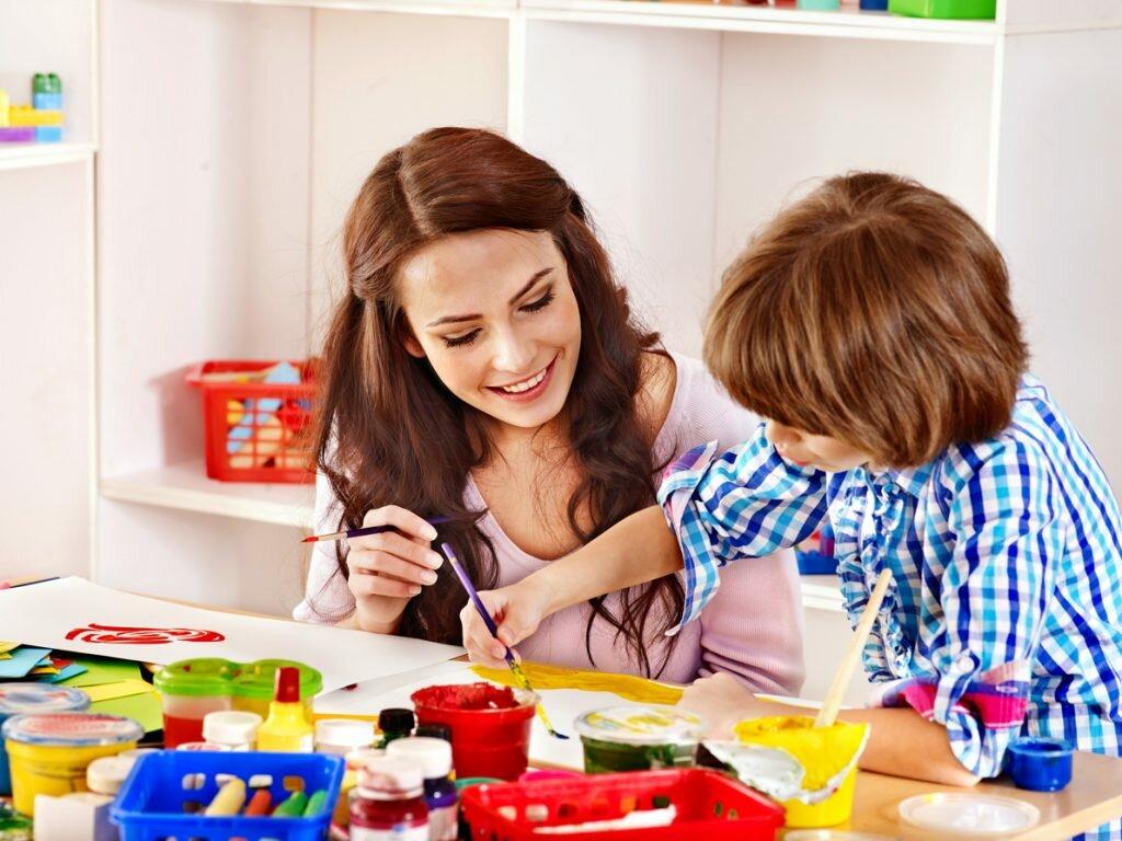 Ребенок рисует с мамой