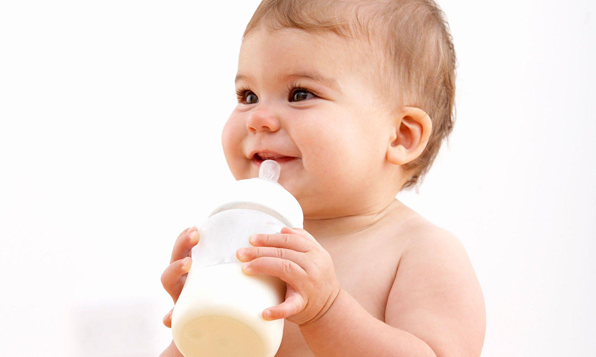 Малыш пьет смесь с растворенным препаратом