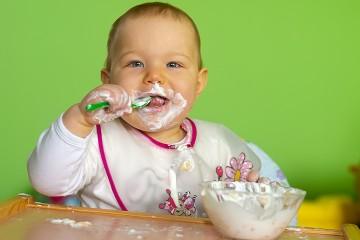 Малыш ест кисломолочные продукты