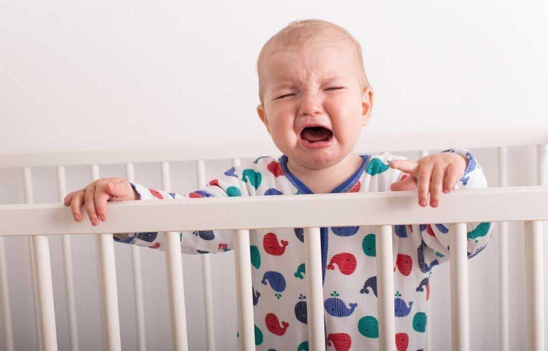Если мама спит отдельно, то малыш ночью может плакать от страха и одиночества