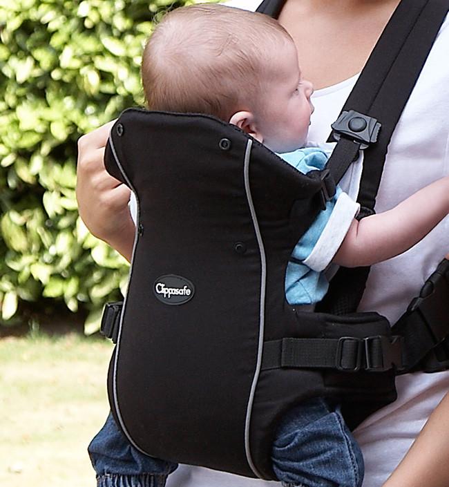 Ребенок в прогулочном рюкзаке