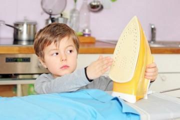 Утюги и другие бытовые приборы привлекают внимание любопытных малышей
