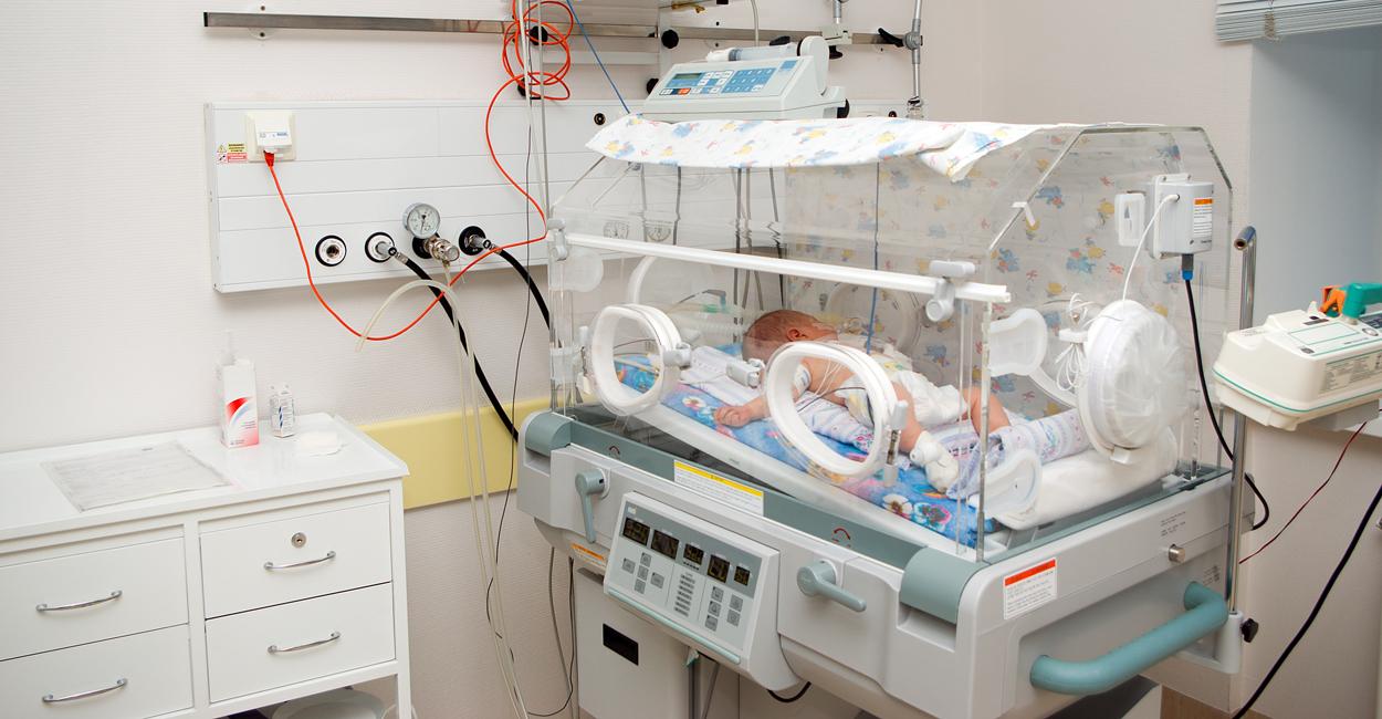 Если у малыша не до конца раскрылись легкие, ему требуется искусственная вентиляция