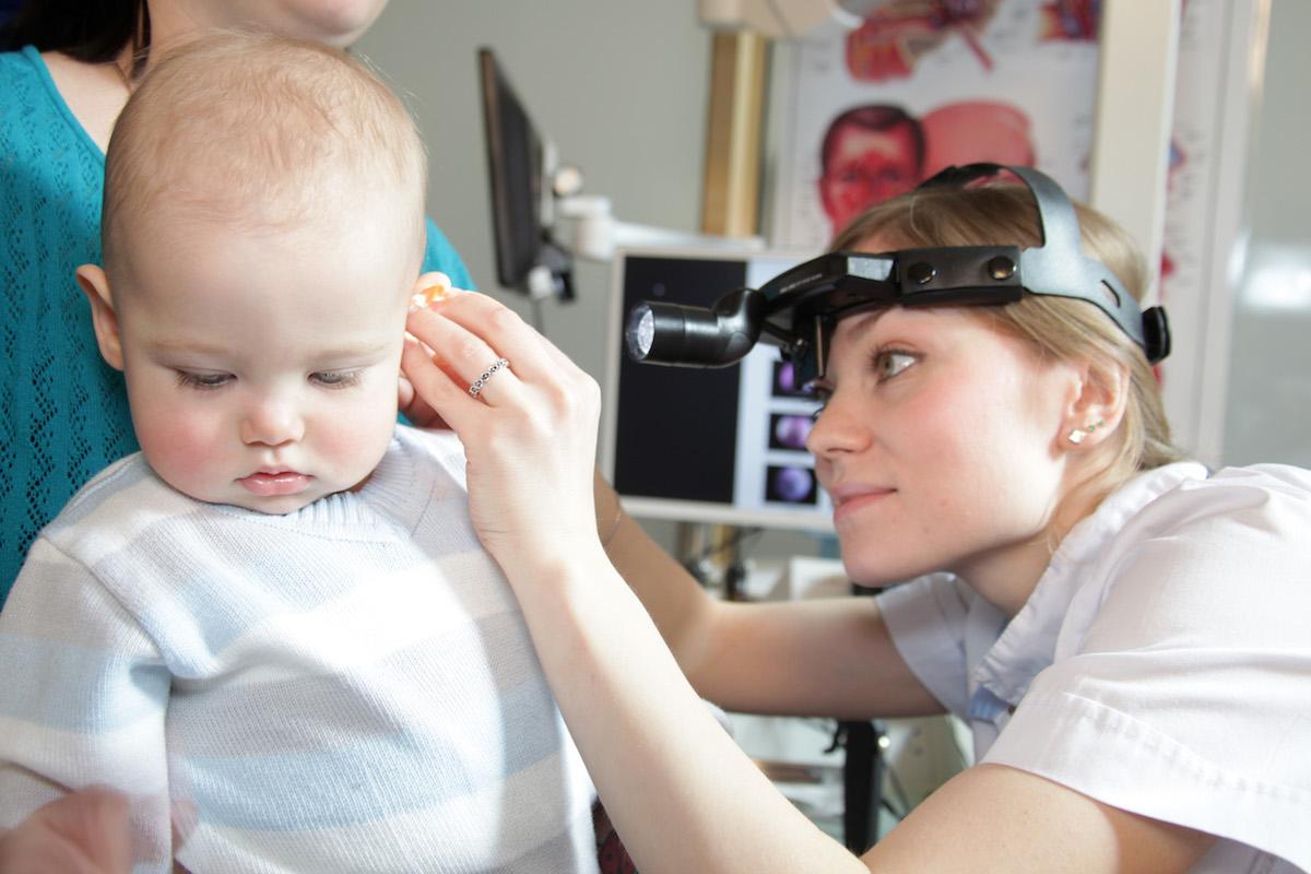 Доктор осматривает ухо малыша