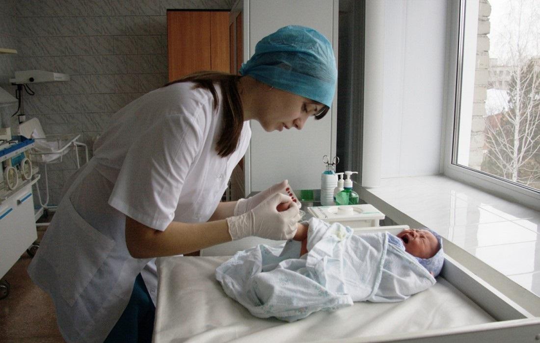 Помощь медицинского персонала в первые дни после рождения