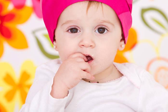 Ребенок держит пальцы во рту
