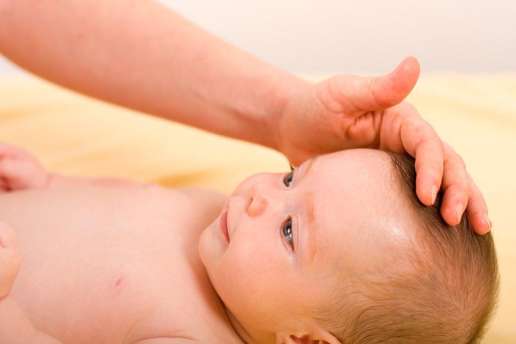 При любых проблемах с родничком поможет детский невропатолог