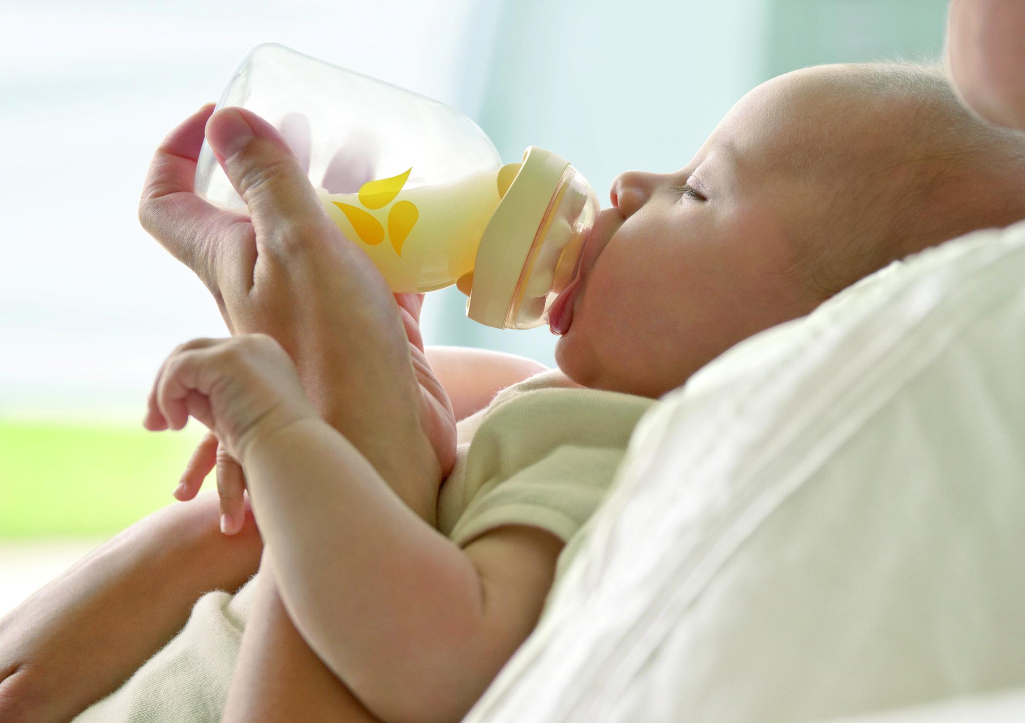 Ребенок ест смесь