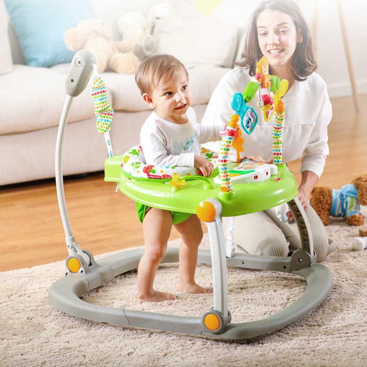 Ребенок в ходунках под присмотром родителей