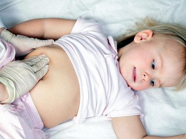 Вздутый живот у ребенка
