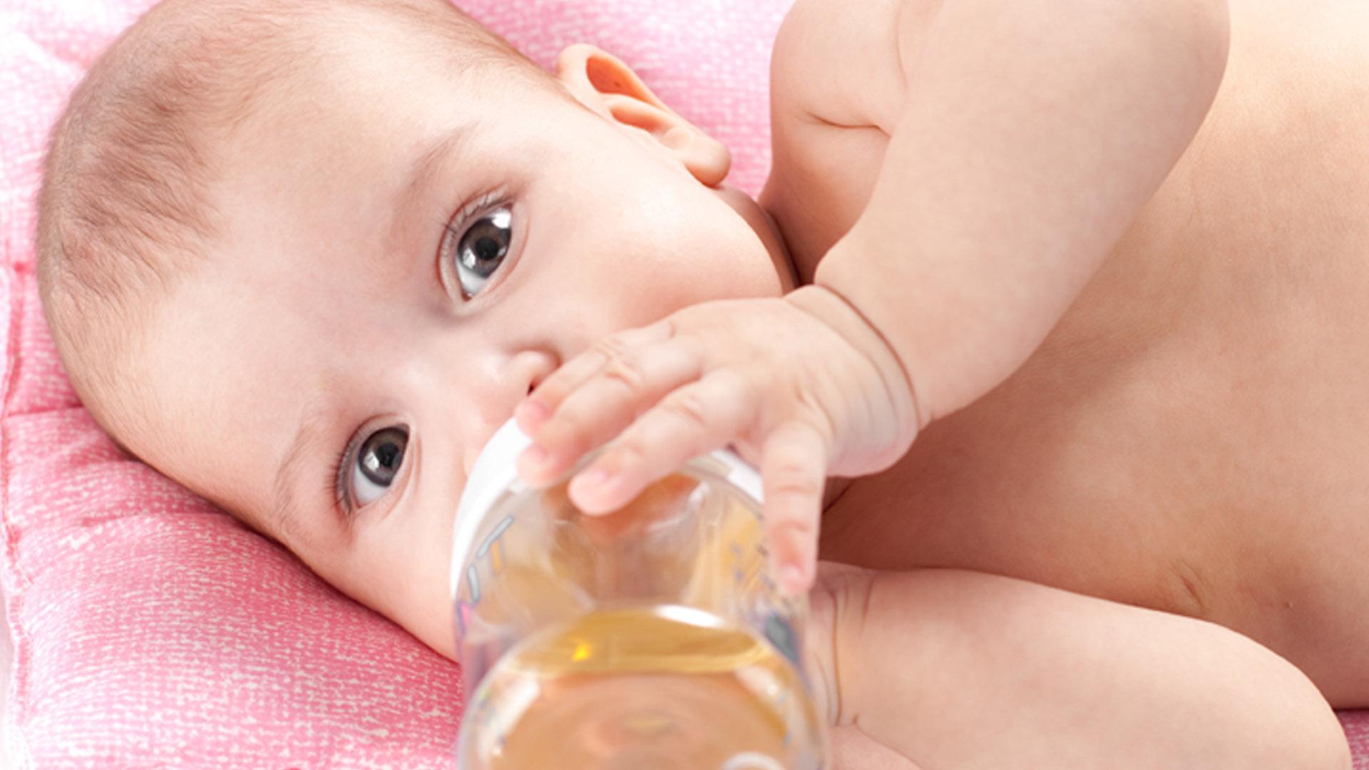 Младенец пьет укропную воду