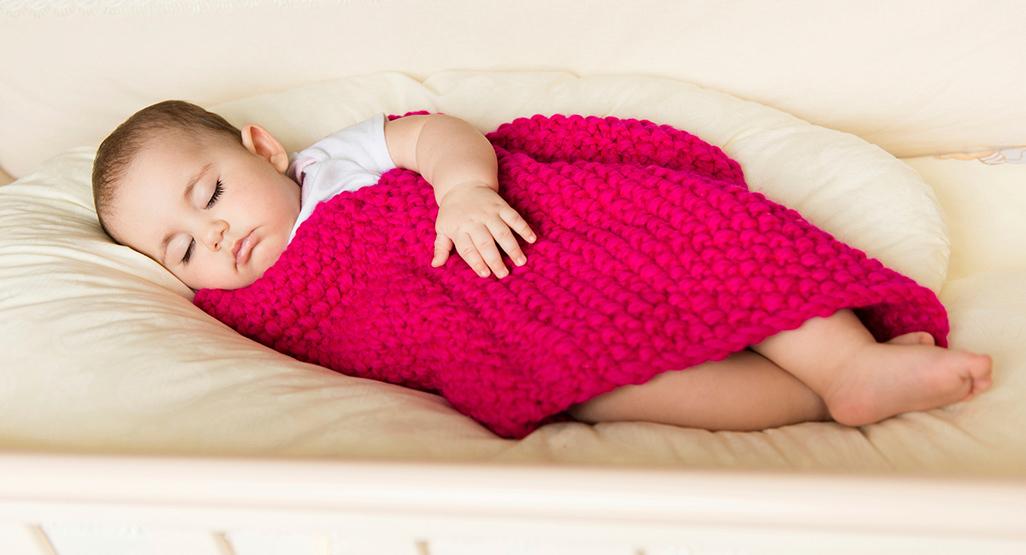 Малыш может еще долго укрываться пледом