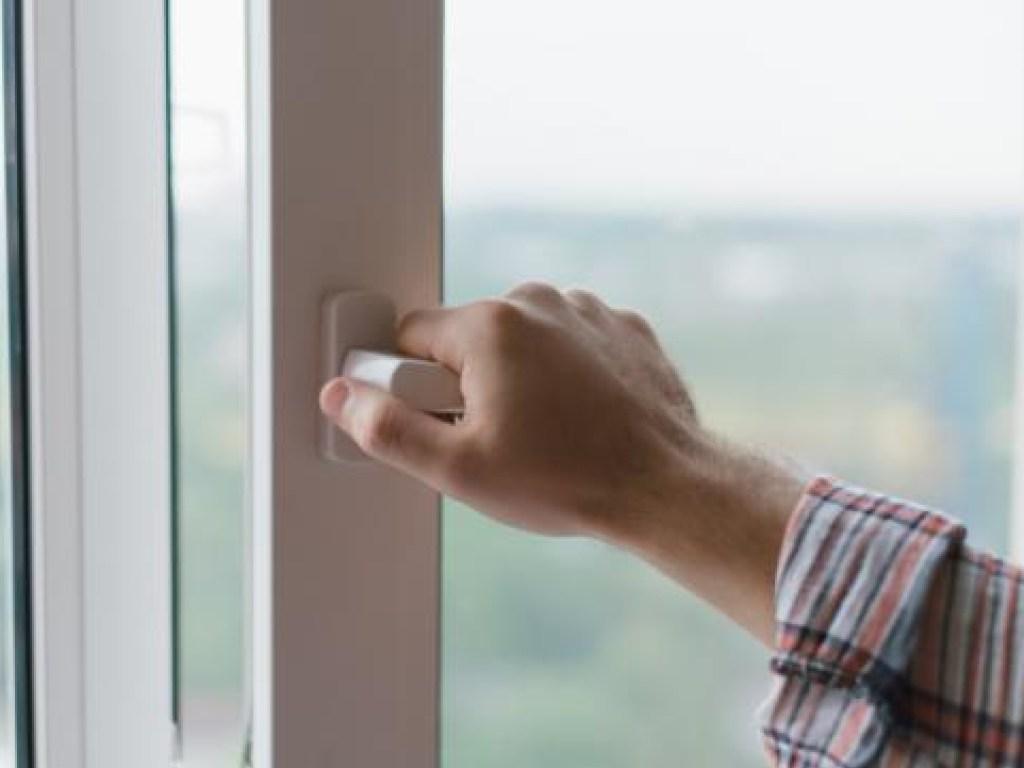Частое проветривание помогает удалить лишнюю влагу из воздуха