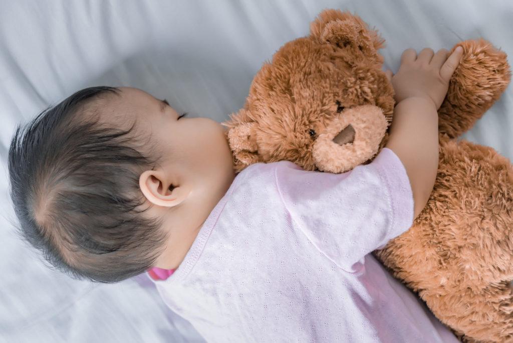 Иногда присутствие игрушки помогает чувствовать рядом тепло мамы
