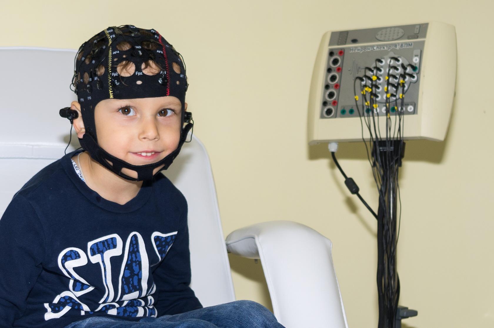 Ребенок с шапочкой при обследовании